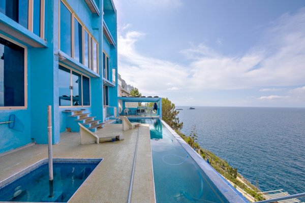 9 Avant-garde villa with prime location on the cliffs of Port Adriano